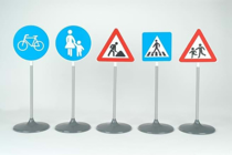 Imaginea Set ce contine 5 semne diferite de circulatie